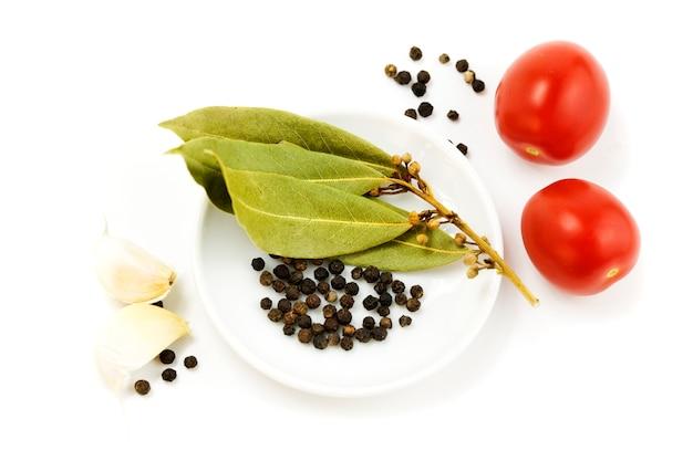 Чеснок, помидор, перец и сухие листья
