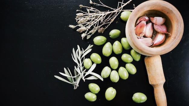 Aglio con olive ed erbe aromatiche
