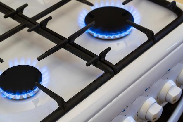 Горение газа в горелке газовой плиты, нехватка газа и кризис, вид сверху