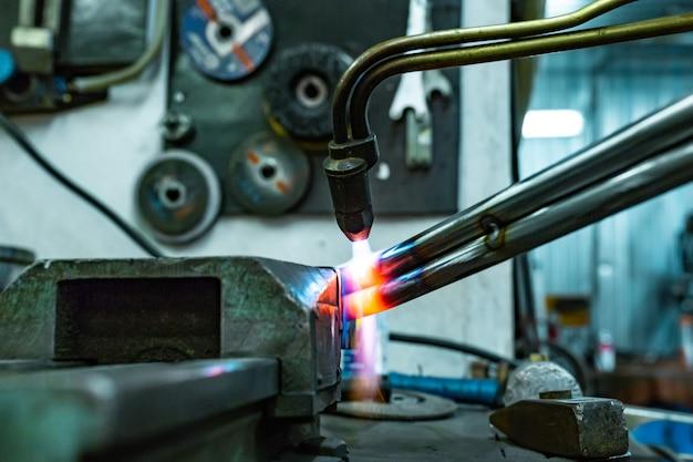 ワークショップでガスシリンダー溶接機autogen修理
