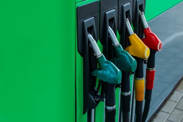 컬러 연료 호스가 있는 주유소 클로즈업.