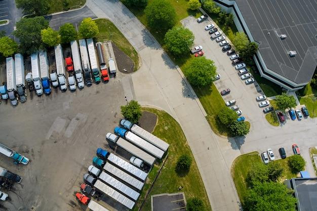 고속도로 근처에 연료, 휘발유 및 디젤 연료를 보급하는 차량, 트럭 및 탱크를 위한 주유소