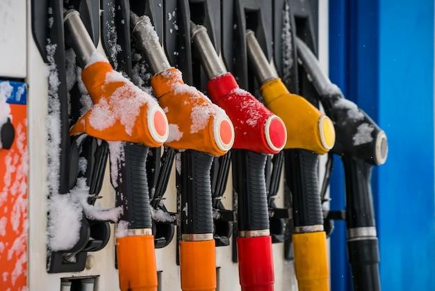 ガソリンスタンド。燃料。給油。冬の季節。