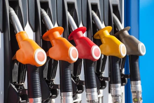 ガソリンスタンドのポンプピストルの給油