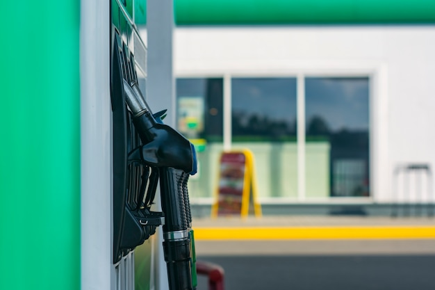 Автозаправочная станция с крупным планом дизельного топлива и бензина на фоне витрины.