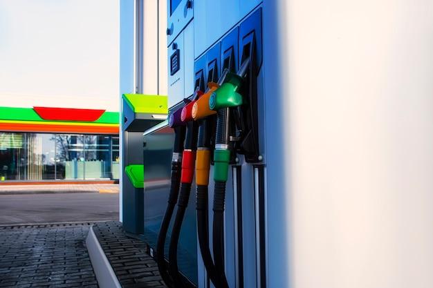 상점 배경에 대해 디젤 및 가솔린 연료가 클로즈업된 주유소.