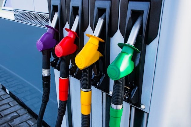 Заправочная станция с дизельным и бензиновым топливом. заправка пистолета крупным планом.