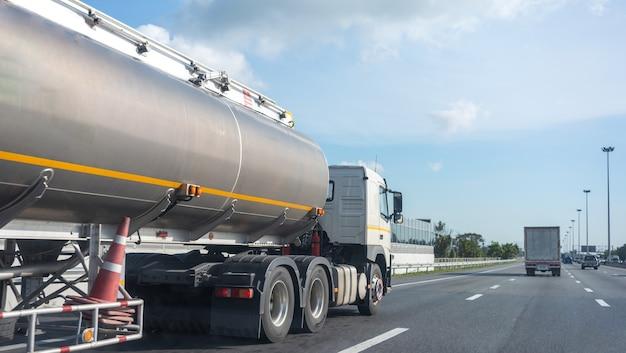탱크 오일 컨테이너가 있는 고속도로의 가스 트럭, 운송 개념.,수출,수출 물류 산업 운송 푸른 하늘이 있는 아스팔트 고속도로에서 육상 운송