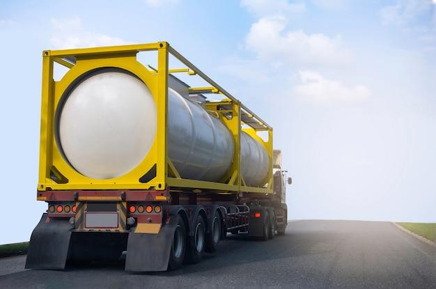 Газовый грузовик на шоссе с резервуаром для нефти, транспортная концепция., импорт, экспорт, логистика, промышленная транспортировка, наземный транспорт на асфальтовой скоростной автомагистрали с голубым небом