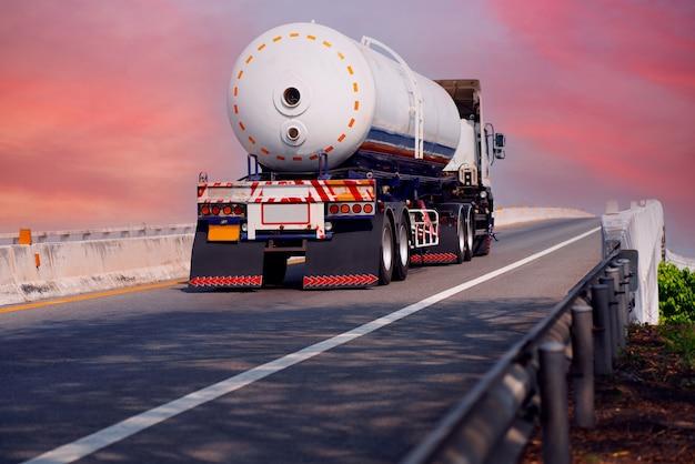 탱크 오일 컨테이너가 있는 고속도로의 가스 트럭, 운송 개념., 수출입 물류 산업 수송 아스팔트 고속도로에서 육상 운송