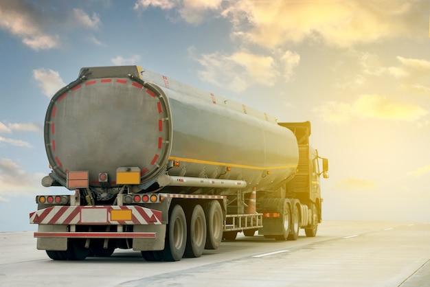 タンクローリーコンテナを備えた高速道路のガストラック、輸送コンセプト。、輸出入ロジスティック産業輸送青空の高速道路での陸上輸送。画像モーションブラー