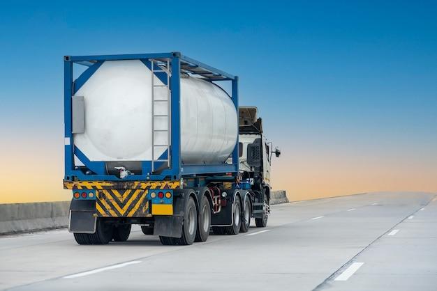 Газовый грузовик на шоссе с резервуаром для нефти, транспортная концепция, импорт, экспорт, логистика, промышленная транспортировка наземный транспорт на скоростной дороге с голубым небом. размытие изображения
