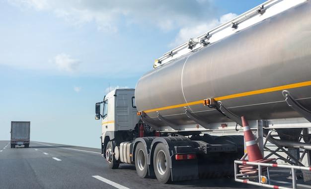 탱크 오일 컨테이너와 고속도로로에 가스 트럭