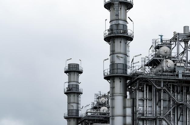 Газотурбинная электростанция. энергия для поддержки завода. резервуар природного газа. дымоходная башня.