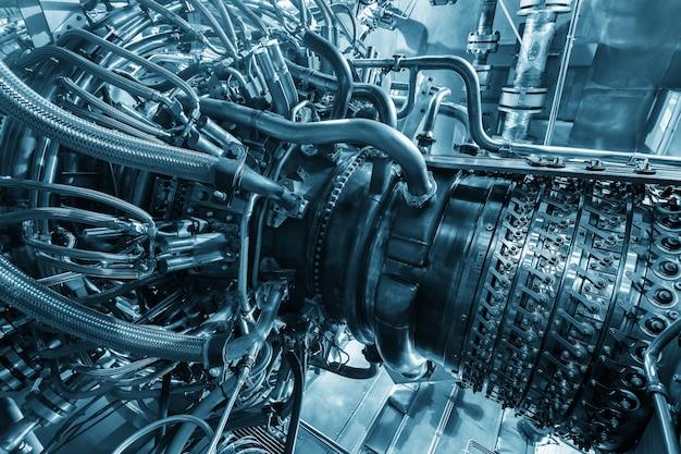 Газотурбинный двигатель компрессора исходного газа, расположенный внутри герметичного корпуса. газотурбинный двигатель, используемый на морской нефтегазоперерабатывающей центральной платформе.