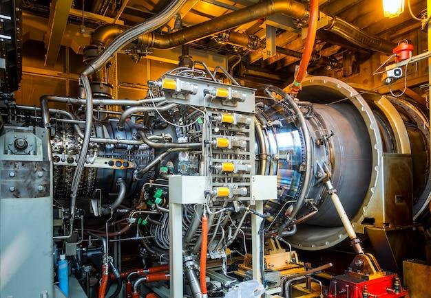 Газотурбинное оборудование и трубопровод на электростанции.
