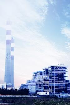 푸른 하늘 가진 가스 터빈 발전소