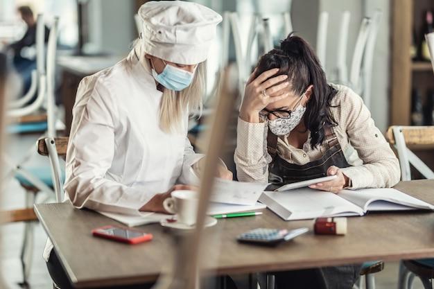 폐쇄된 레스토랑에 앉아 있는 청구서에 대해 절망적인 상황에 처한 요리법 사업주들.