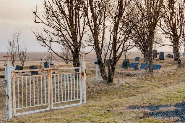 アイスランドのkalfafellsstadur教会の墓地への門
