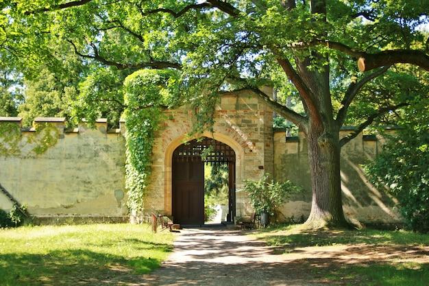 古い中世の城の門