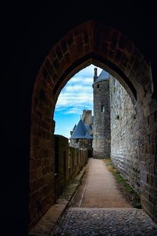Ворота замка в городе-крепости (la citãƒâƒãâ © на французском языке) каркассон во франции.