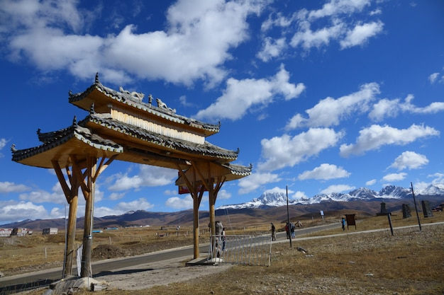 チベット神殿の門 Premium写真