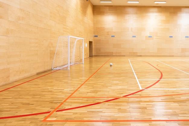 Ворота для мини футбола. зал для гандбола на современной спортивной площадке