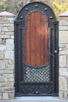 中庭への門、通りからの門の眺め、鍛造門