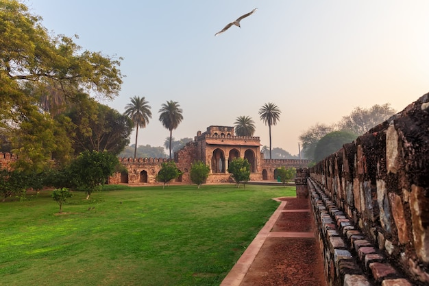 インドのフマユーン廟コンプレックス、ニューデリーのイサカーンの墓の近くの門。
