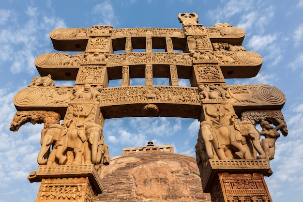 ゲートウェイ装飾大ストゥーパ。 sanchi、マディヤプラデーシュ州、インド