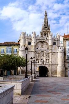 ブルゴスの街への玄関口。サンタマリア凱旋。古代の壁。スペイン。