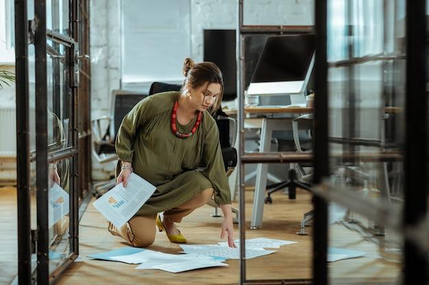 서류 수집. 바닥에서 서류를 수집 바쁜 느낌 임신 부주의 사업가