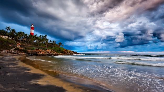 嵐、ビーチ、灯台を集めています。ケララ州、インド