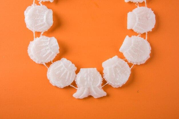ガティは、砂糖の結晶でできたネックレスまたはストランドです。このマラを身につけることは、ホーリー祭とグディパドワ祭の伝統です。これはまた、日射病から保護します。