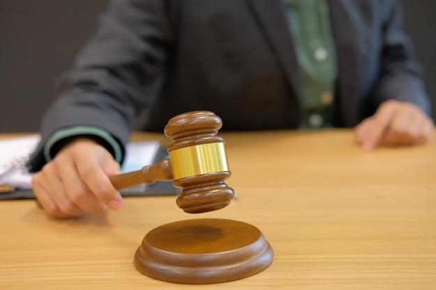 裁判官は法廷で法定小gaveを持ちます。弁護士弁護士