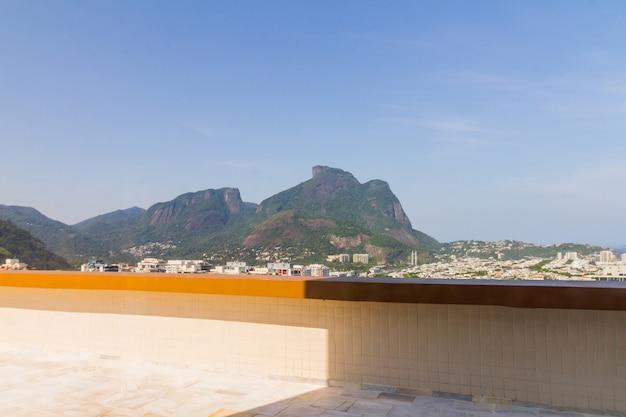 브라질 리우데자네이루의 바라 다 티주카에 있는 건물의 가베아 석조 전망.