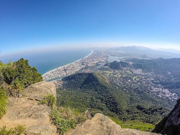 Gavea каменный саммит в рио-де-жанейро с красивым голубым небом.