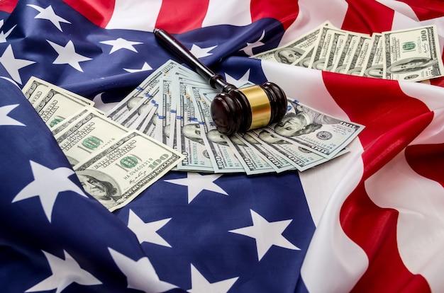 アメリカの国旗の背景にガベルとドル