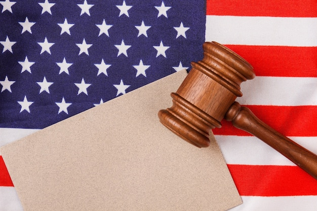 ガベルとアメリカの国旗。コピースペース用の白紙。アメリカ合衆国の法と正義の概念。