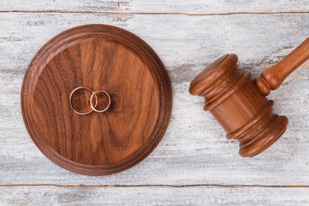 Молоток и обручальные кольца.