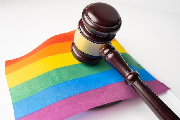 Молоток для судьи-адвоката на радужном флаге лгбт