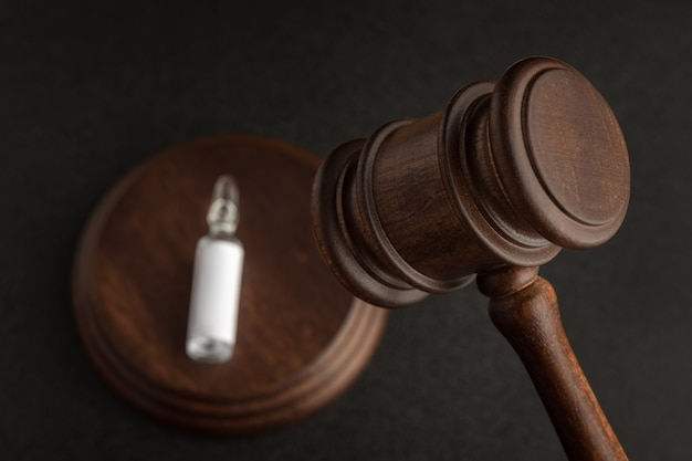 Молоток судьи. врачи и медсестры ошибаются концепции. медицина и право.