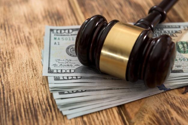 Молоток судья о банкнотах долларов сша деньги концепция закон