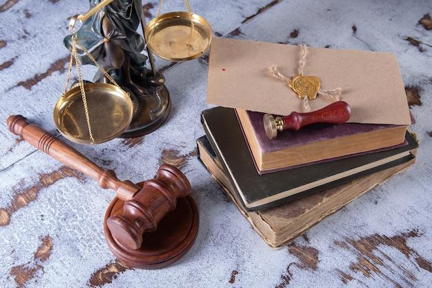 Молоток нотариус и печать на завещании и завещании. государственные нотариальные инструменты