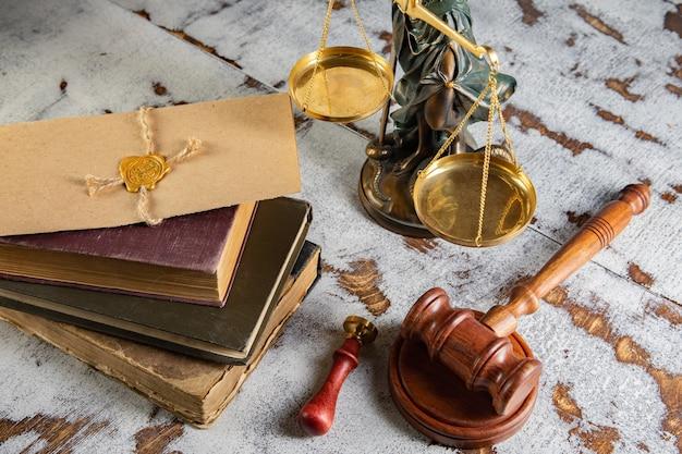 Молоток нотариуса и печать на завещании и завещании. государственные нотариальные инструменты