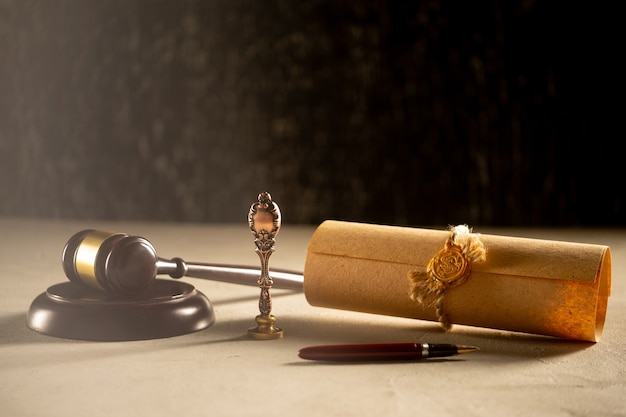 Государственное перо и печать нотариуса молота на завещании и завещании. государственные нотариальные инструменты