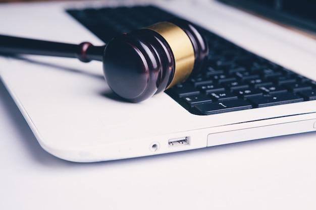 Молоток судьи на ноуте. киберпреступность