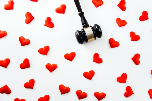 Молоток в окружении красных сердец, изолированных на белом, любовь к справедливости и судья закон медицинский аптека соответствие медицинские бизнес-правила.