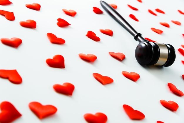 붉은 마음으로 둘러싸인 망치