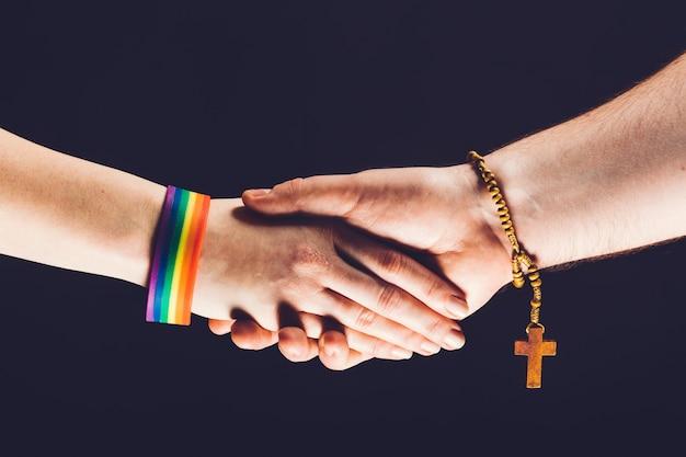 ゲイとクリスチャンの人が握手